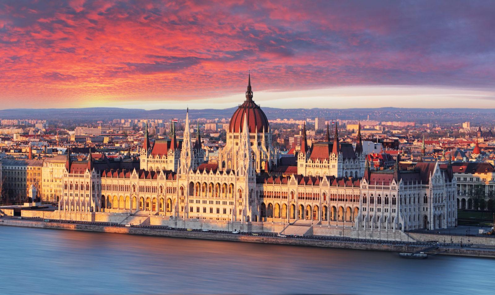 Parliament Building Budapest Sunset scaled - იაფი ავიაბილეთები ბუდაპეშტის მიმართულებით